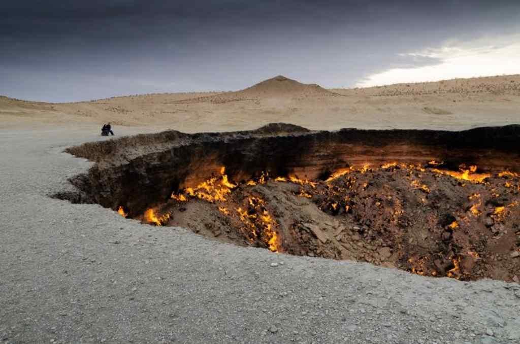 Ein riesiger Krater in der Wüste Karakum in Turkmenistan ist das unglaubliche Tor zur Hölle das nicht zufällig entstand.