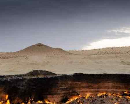 Mitten in der Wüste Tukmenistans enstand dieses unglaubliche Bild des Kraters von Derweze.