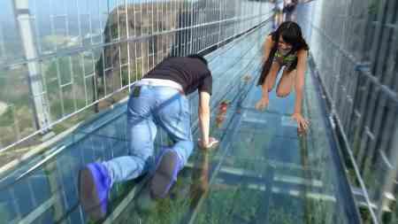 Seht die 10 schrecklichsten Brücken der Welt die einen unglaublichen Adrenalinschub geben oder einem das Blut in den Adern gefrieren lässt.