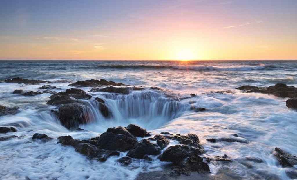 Thors Brunnen an der Küste von Oregon, das Wasser scheint auf unglaubliche Weise in der Erde zu verschwieden.
