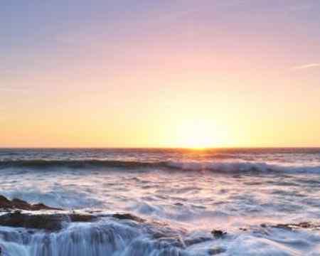 Auf diesem unglaublichen Bild an der Küste von Oregon könnte man denken die Erde zieht das Wasser ins sich hinein.