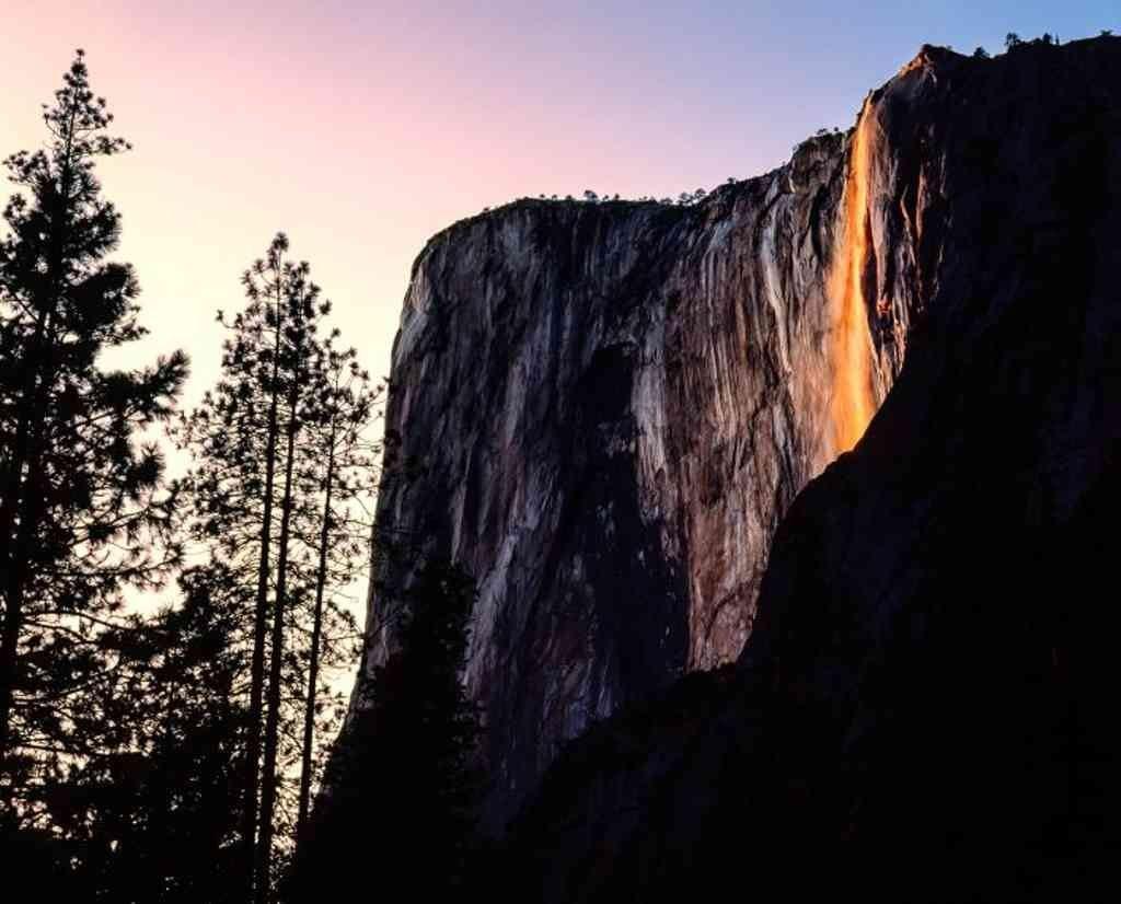 Im Schein der untergehenden Sonne scheint es so als fällt pures Gold vom Berg.