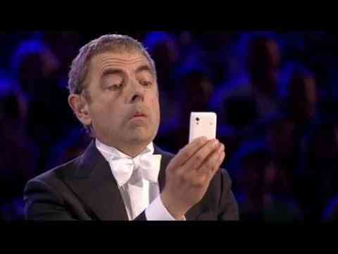 Wer Mr. Bean kennt, weiß das er während des Konzertes nicht nur sein Klavier spielen wird.