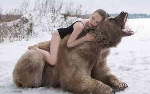 Auch zwischen Mensch du Tier gibt es unglaubliche Freundschaften, in diesem Video werden 10 davon gezeigt.